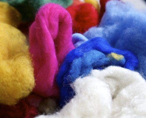 Bunte Wolle zum Filzen in der Werkstatt