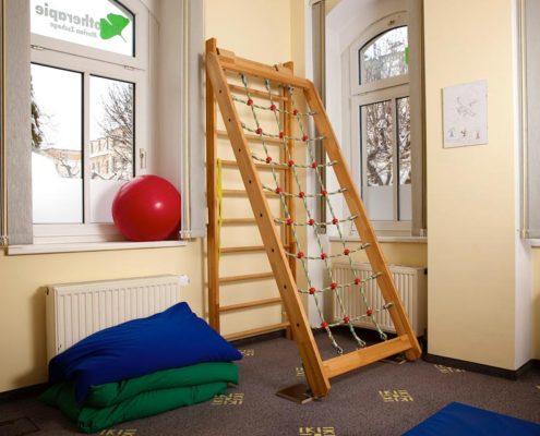 Therapieraum Pädiatrie mit Kletterwand